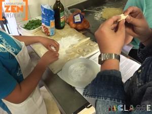 Preparazione degli gnocchi di patate.
